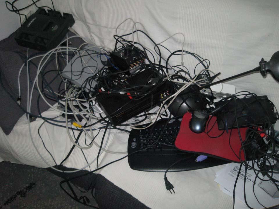 Večji del kablov in opreme na foteljih